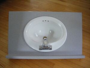 Comptoir avec lavabo et robinet