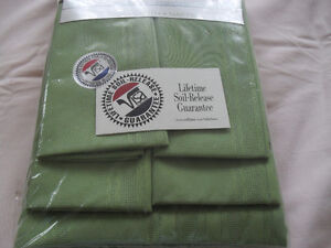 Green tablecloth with 4 napkins