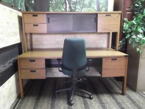 Bureau de travail, armoire et fauteuil....... livraison possible