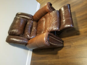 Sofa in brown color. Is leathers