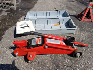 1 .5 Ton Hydraulic Trolley Jack and 2 Motomaster 2 Ton Stands