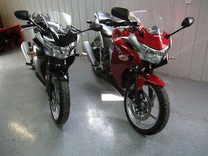 HONDA CBR-250 (1 rouge +,1 noir) impeccable