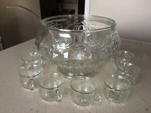 Bol à punch avec 10 tasses en verre