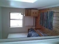 Bright single room to rent in family home in Farnham