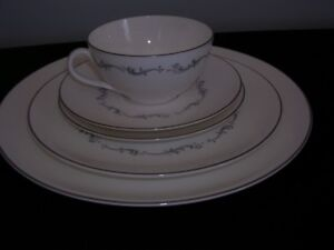 Coronet H4947 - 5-piece Place Setting by Royal Doulton