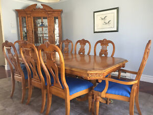 Reduced Price -Kitchen Table Set, 8 chaises & Vaissellier