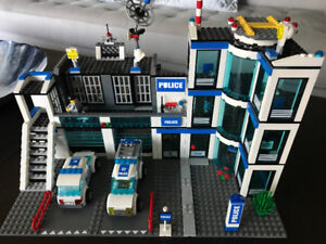 Lego City -Police Station (7498) and Space Shuttle (3367) sets