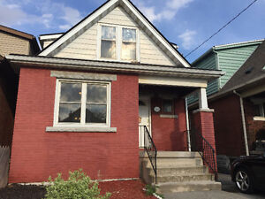 Newly Reno'd 3 bedroom House - Kenilworth and Main - short term