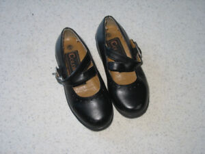 Girls kid size 7 dress shoes in excellent condition.