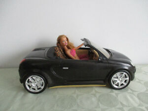 BELLE  VOITURE  NOIR   DÉCAPOTABLE  DE (( BARBIE  NON  INC))