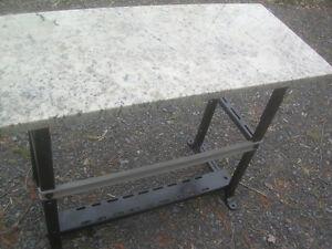 table de travail style industriel en acier et granite