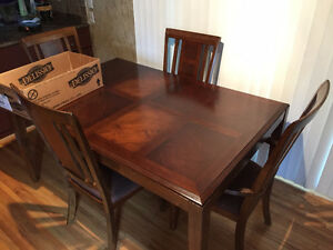 Kitchen Table and 4 Chairs in Amazing Shape
