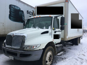 RUNS WELL! 2007 International 4300 26 ft box, w/ lift gate