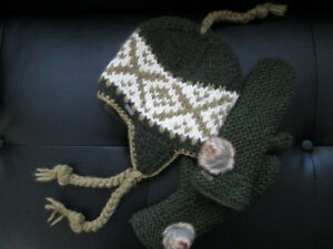 *Brand New* DeLux Hat + Mittens Set Size O/S