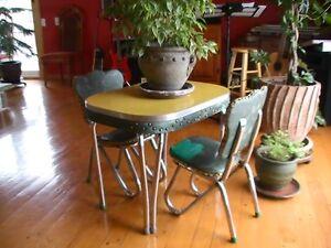 """Table d'enfant """"vintage"""" avec 2 chaises"""