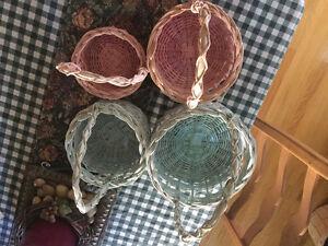 Lot de paniers en osier de couleur pastelle