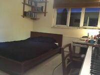 Double Room just off Caledonian Road - Summer Let