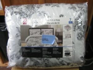 mainstays 7piece bed in a bag. brand new. never used. firm.