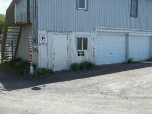 Entrepôt à louer avec porte de garage approx.21pi x 12pi