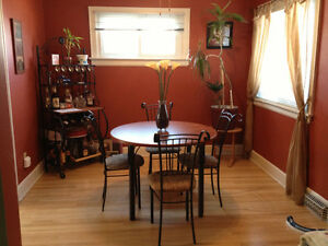 Dinning room table, chairs & matching Hutch.