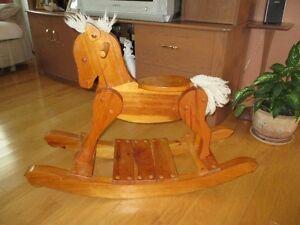 Cheval berçant antique fabriqué en pin vernis très propre