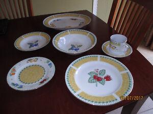 set of dishes gold rim / Ensemble de vaisselle bordure or.