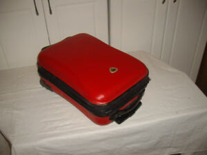 PERFECT SIZE SUITCASE FOR TRAVELERS (RED)