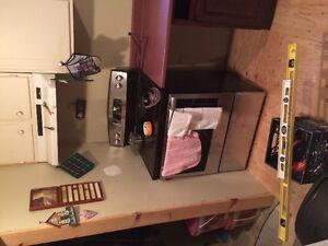 Upper set of kitchen cabinets