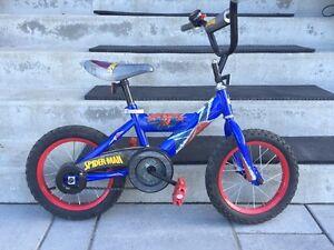 Vélo pour enfant. Un fille et un garcon.