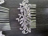 broche en diamant pour cheveux et coussin d'alliance