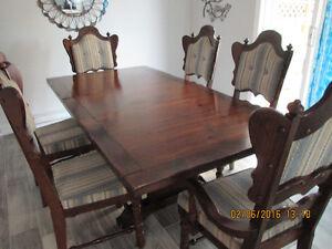 Table et 6 chaises de salle à manger en pin