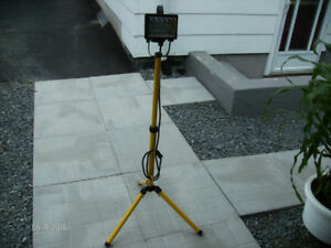 500W Halogen Work Light on Folding Tripod Stand