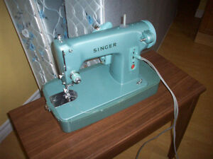 Singer sewing machine. With carrying case.