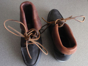 A PAIR OF  TIMBERLAND ALL LEATHR LADY SHOE