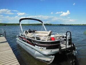 2015 Sun Tracker DLX 18' Bass Buggy Fishing Pontoon