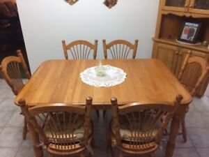 Excellent Solid Oak Dining Table with 6 Chairs