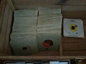 LOT DE VINYLES 45TOURS  33TOURS CASSETTES  CD