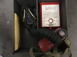 Gas Mask Willson double ww2 or 1950s kit in case Saint-Hyacinthe Québec image 3