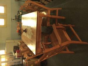 Table/6 chaises/ vaissellier