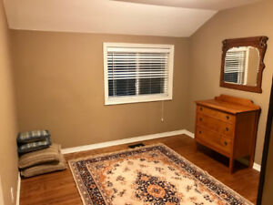 2 rooms available in professional/graduate house in Dundas