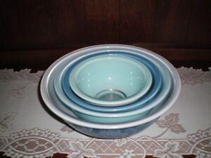 Vintage Pyrex Bowls  Set of 4