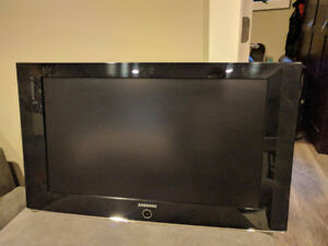 "Samsung 32"" HD LCD TV with Wall Mount"