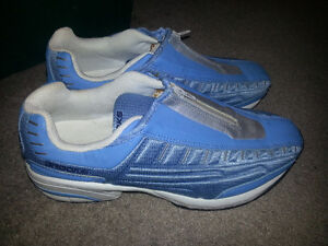 AMAZING PAIR OF WOMENS BROOKS SHOES MINT CONDITION 8.5 ONLY 15$.