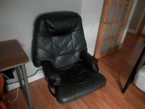 Chaise inclinable Confortable,Vrai Cuir en bon Condition+Table a