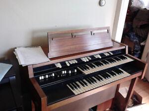 1965 Hammond L102 tonewheel organ - classic 60s sound