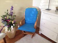 Chaise berçante en très bonne état 40$ 514-577-1994