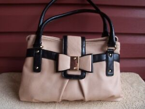 Ladies Stylish Purse with a wonderful Bow Style Clasp!