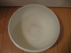 EXTRA LARGE THICK MOULDED TUPPERWARE MIXING BOWL