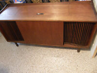 Teak cabinet stereo with 2 satilite speakers