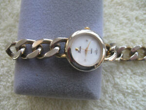 "GORGEOUS OLD VINTAGE LADY'S ROUND ""LUCIDA"" QUARTZ WATCH"